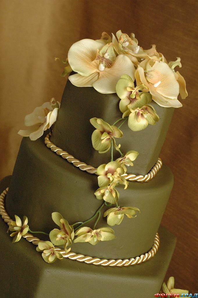 Украшение на торте из живых цветов