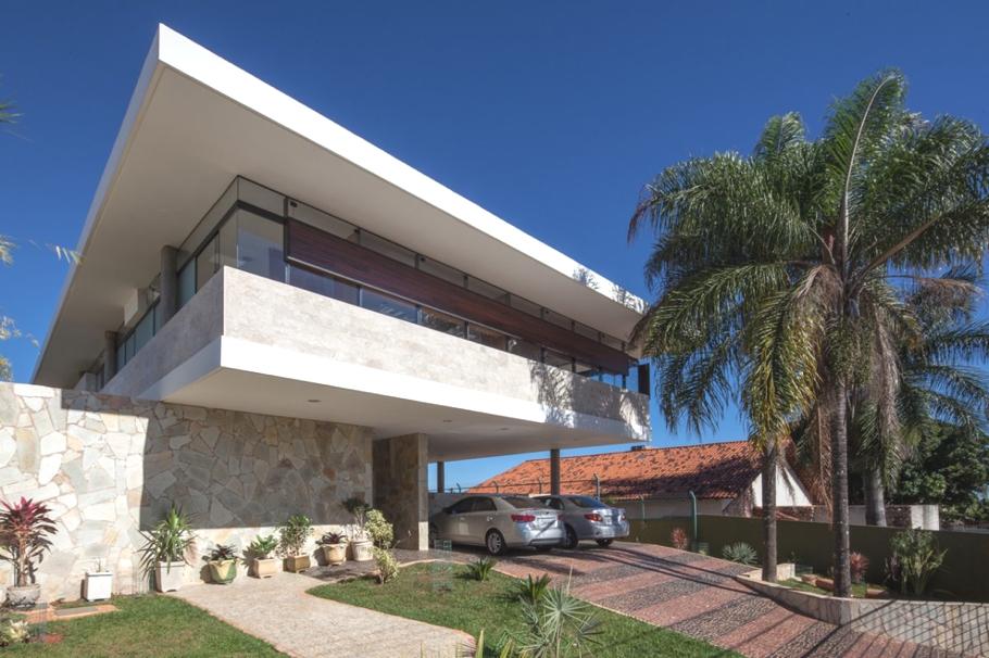 Дом на сваях в Бразилии от архитектора Danilo Matoso