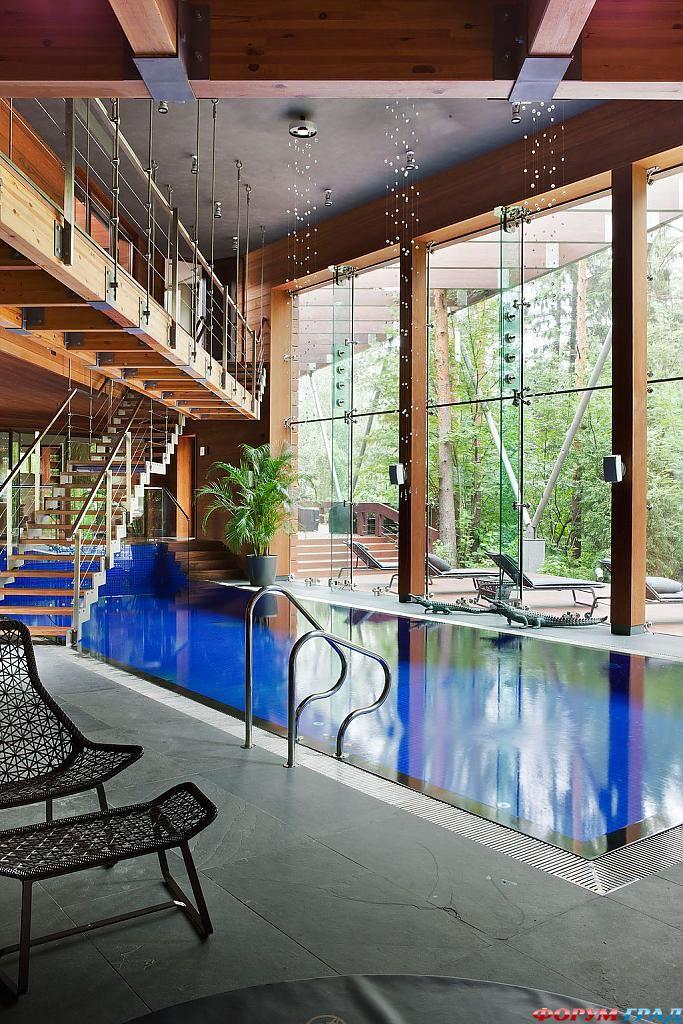 Бассейн в доме, необычные светильники и вид на лес в подмосковном особняке