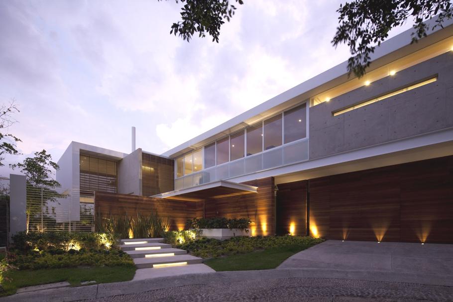Садовый бассейн, бассейн для плавания и зелёный газон: оформление дома FF House