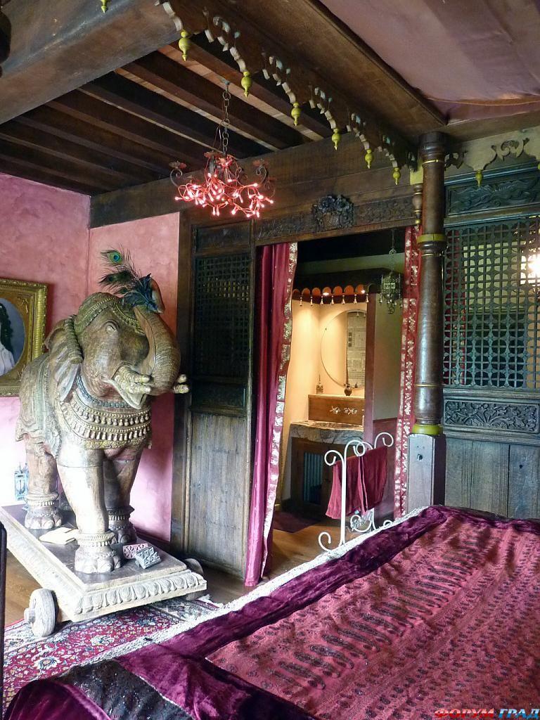 Номер в отеле La Roulotte в индийском стиле