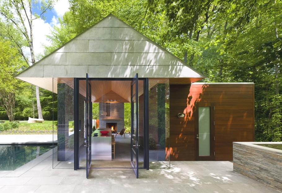 Оригинальный садовый домик с камином во дворе особняка от Robert Gurney Architect