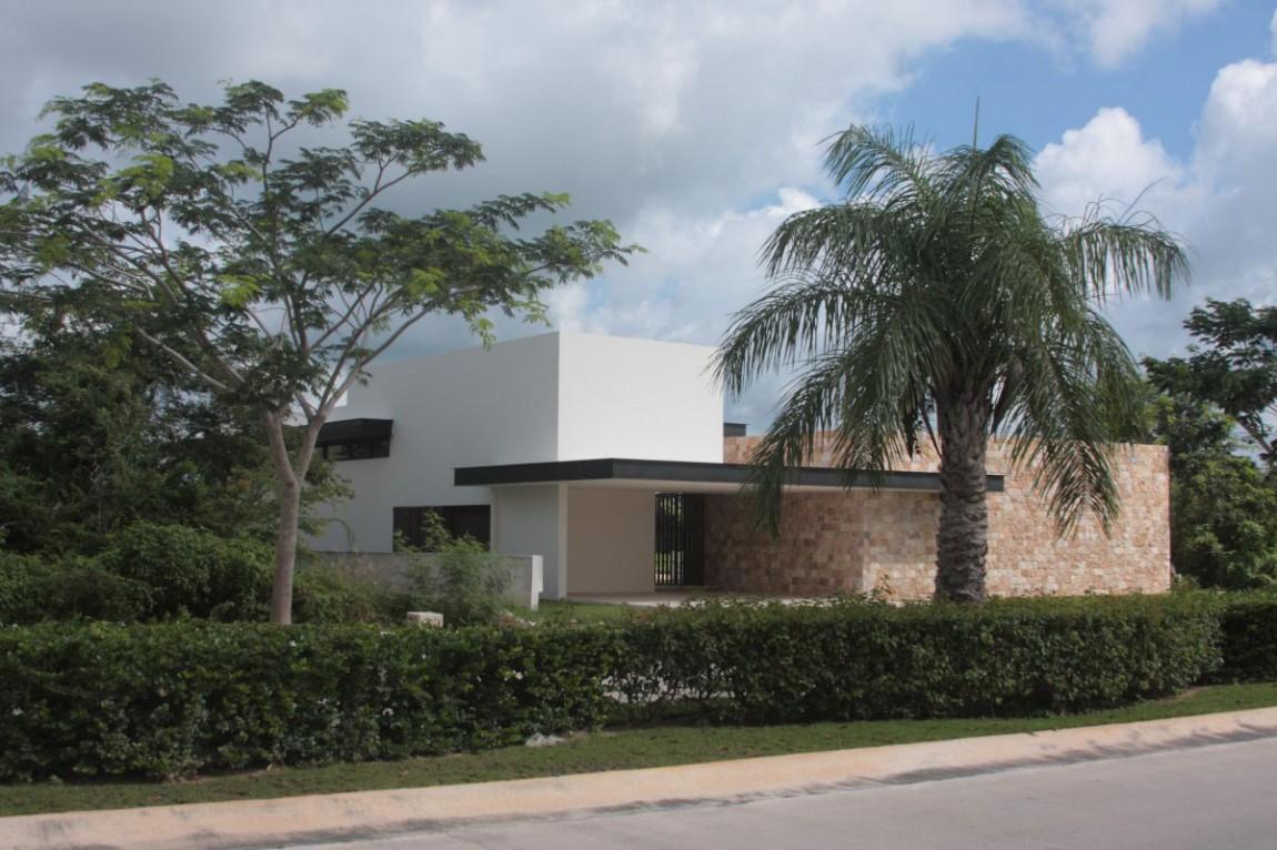 Проект особняка Casa Q с террасой и полем для гольфа