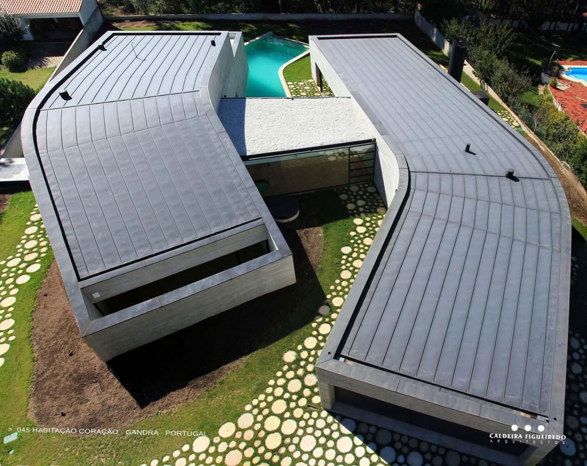 Асимметричный дом с оригинальным газоном и большим бассейном