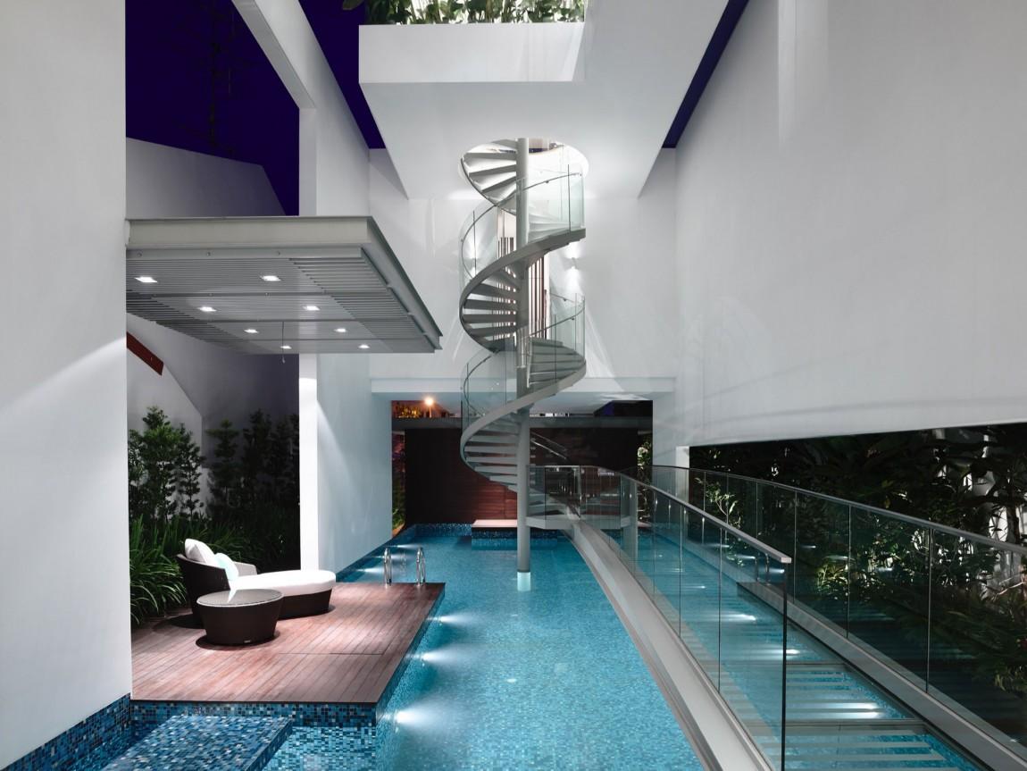 Авторский проект дома JIn Angin Laut: бассейн, мостик и винтовая лестница от Hyla