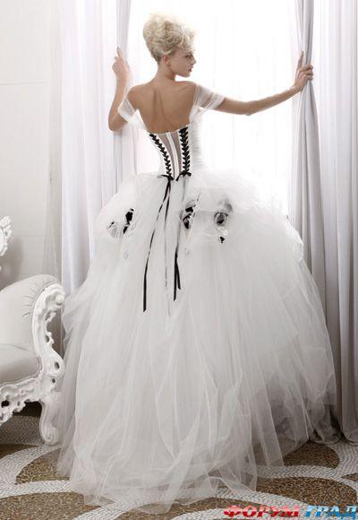 В черно-белом элегантном свадебном платье от Atelier...