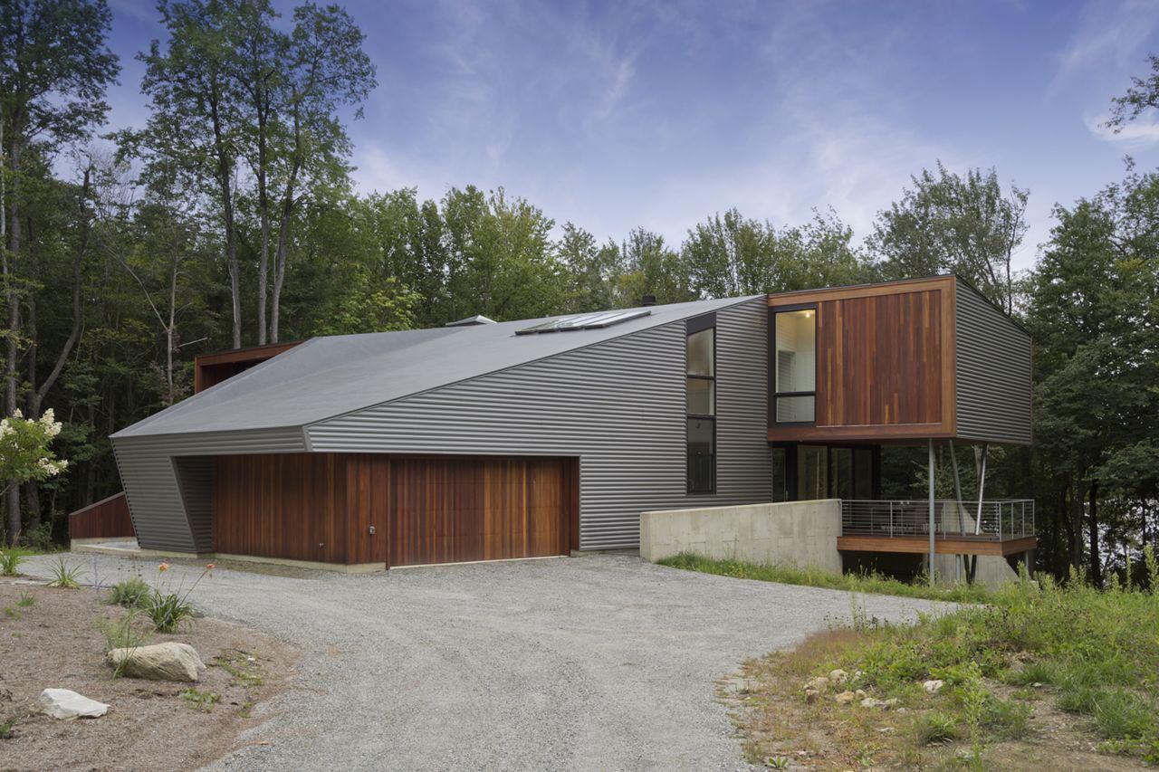 Проект дома на берегу озера: светлый металл, стекло и тёмное дерево