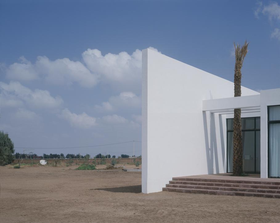 Необычные одноэтажные дома: белый жилой комплекс Fobe House в Марокко