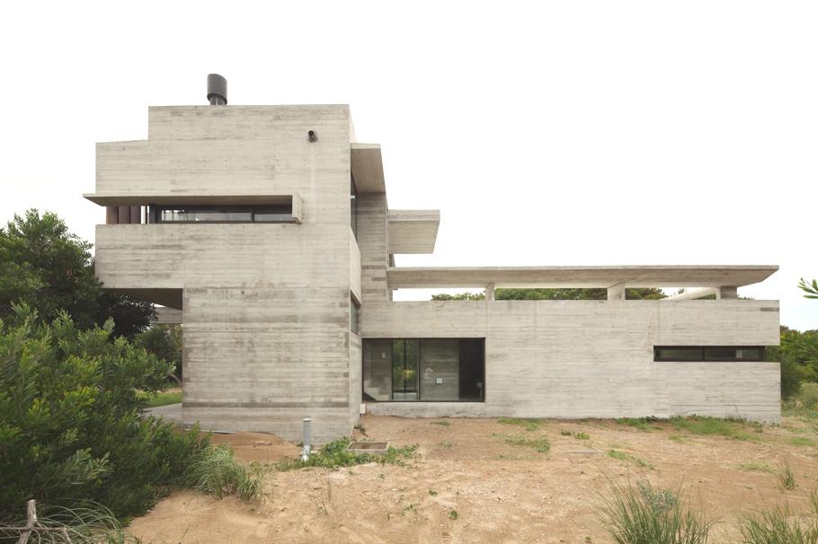 Г-образный проект дома: бетон и дерево в необычном сочетании
