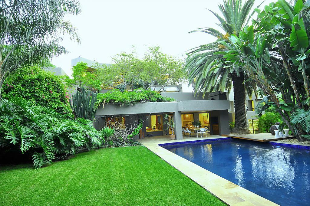 Красивые уютные дома: фото большого особняка с бассейном и этникой в интерьере