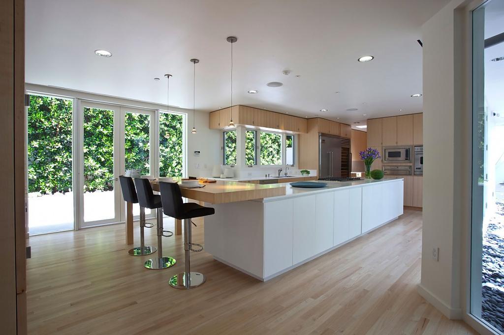 Дом в калифорнийском стиле с большими окнами и лёгким интерьером