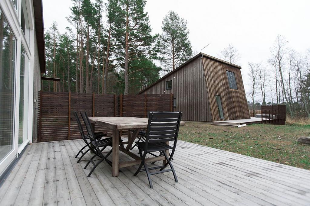 Интерьер небольшого частного дома в сосновом лесу