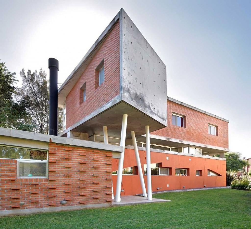 Асимметричный дом EVM из кирпича и бетона: проект от DWGBA Estudio