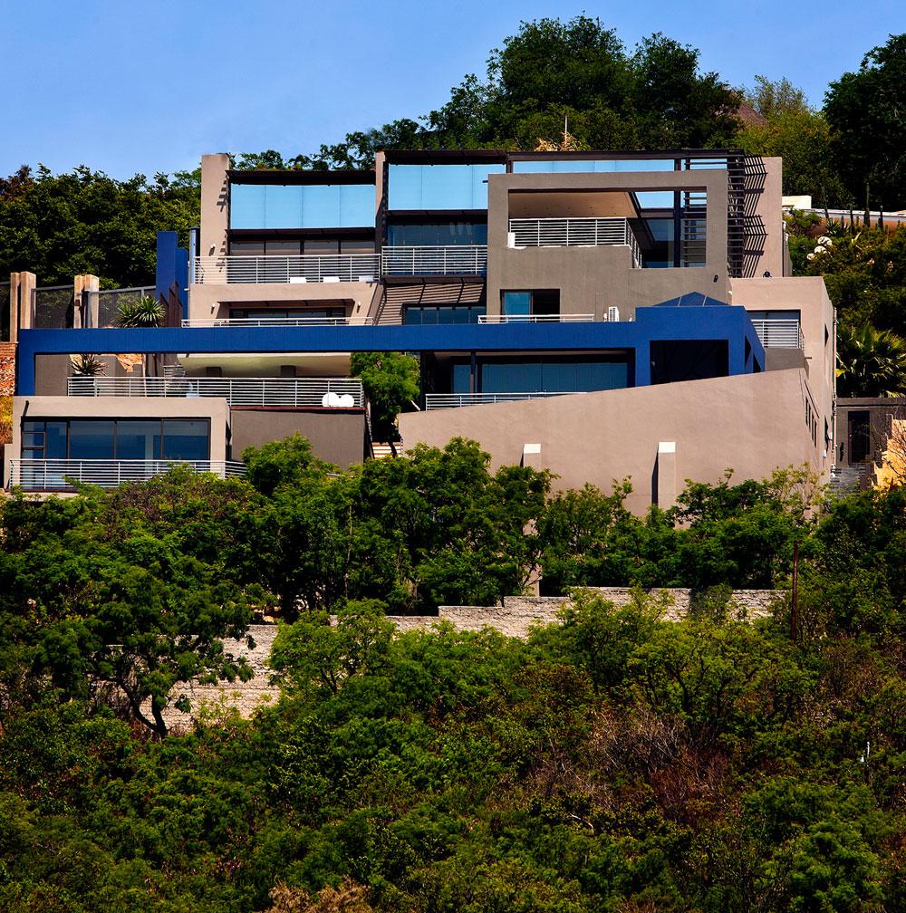 Проекты домов на склонах: интересная конструкция особняка House Bassonia