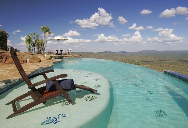 Бассейн в отеле Loisaba