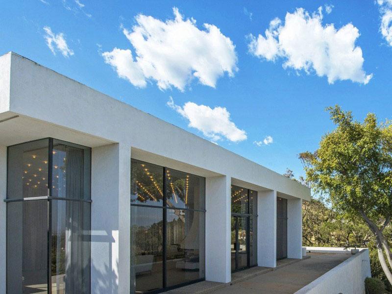 Белый интерьер с яркими акцентами: классический особняк с видом на Лос-Анджелес