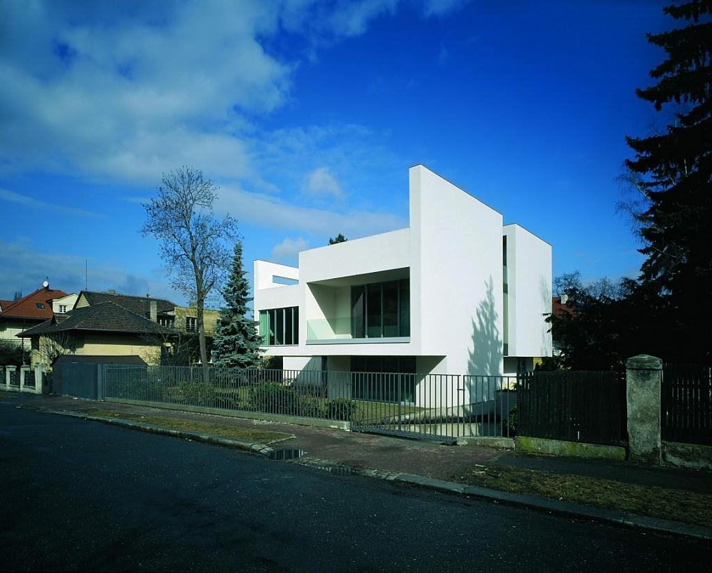 Авторские современные дома: белый пражский особняк от Radan Hubicka Architectural Studio
