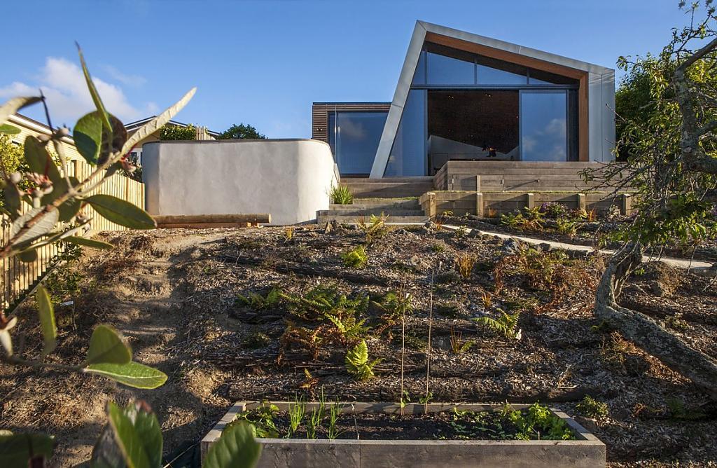 Дома на склоне холма: асимметричный коттедж с видом на океан