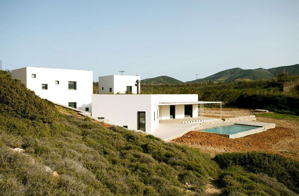Бассейн из камня, лестницы в скале, белоснежные стены и другие элементы греческой архитектурной традиции в X House