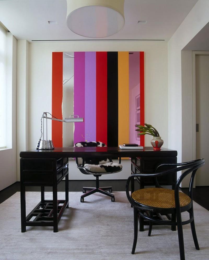 Цветное панно на стене в офисе