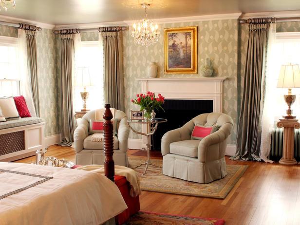 Пастельные тона спальни разбавлены аксессуарами алого цвета