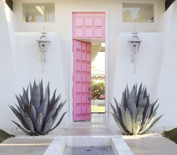 Розовая входная дверь