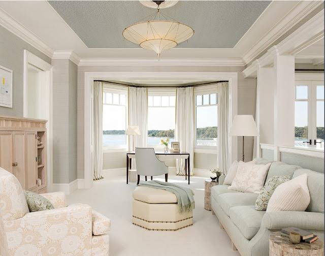 Гостиная в пастельных тонах с потолком серого цвета