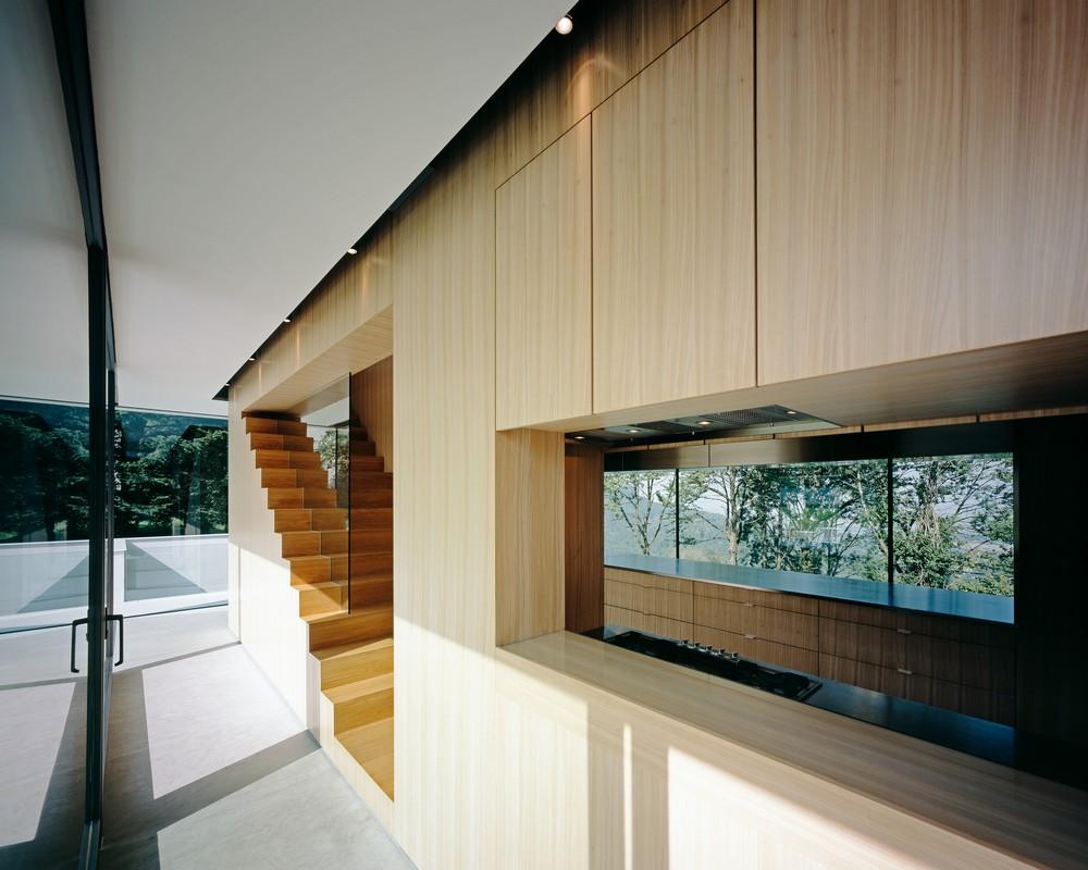 Из домика-кухни идет лестница вверх