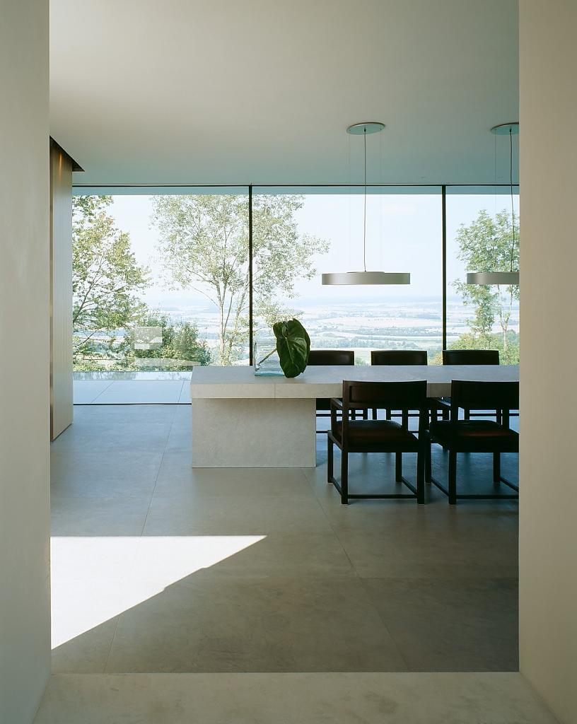 Столовая с видом во двор сквозь прозрачную стену