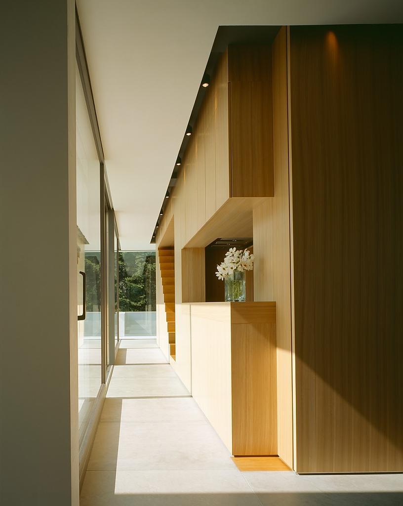 Коридор между домиком-кухней и стеклянной стеной особняка