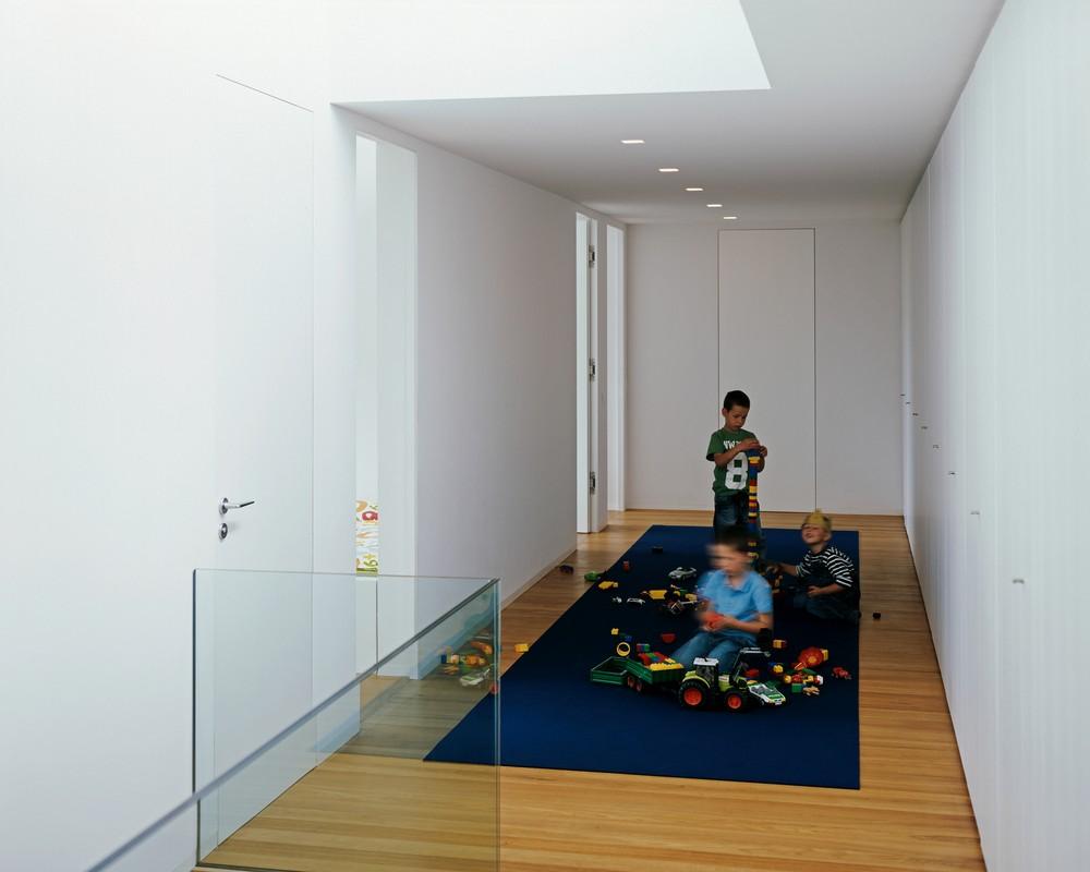 Дети играют в просторном коридоре на втором этаже
