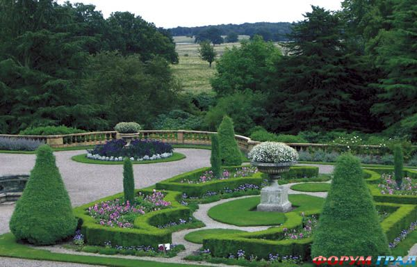 ...четкие линии водоемов и аксессуары в древнеримском стиле делают итальянские сады неповторимыми
