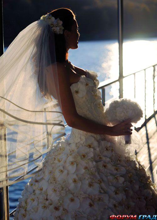 свадебное платье из 9999 алых роз (5 фото