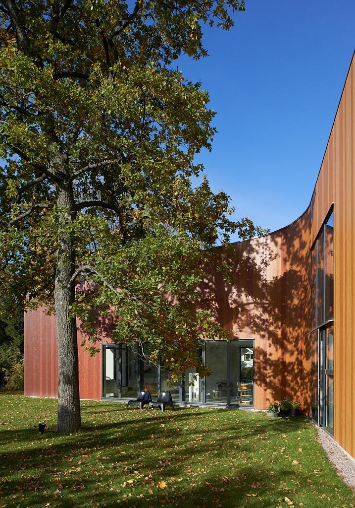 Необычный дизайн дома в Швеции: изогнутый разновысотный дом Fagerström