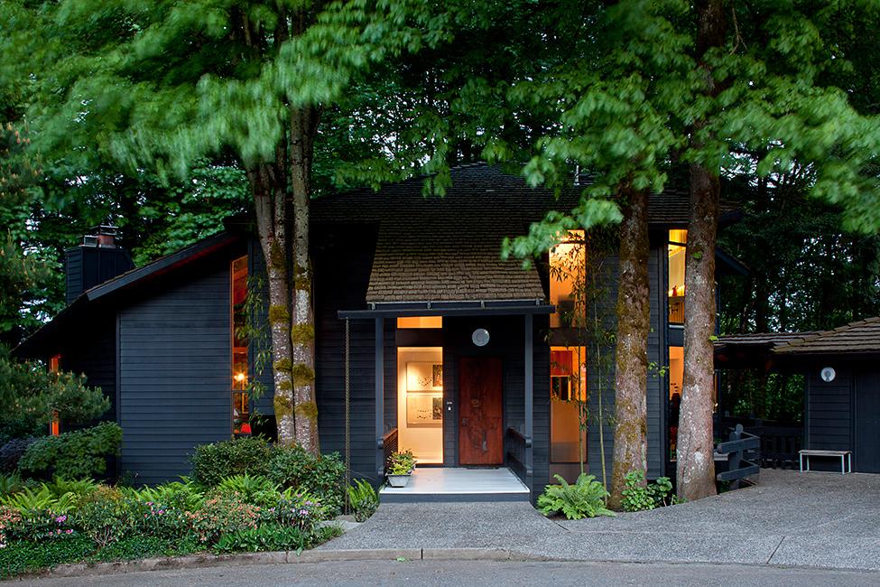Оформление коттеджа: уютный минимализм среди деревьев