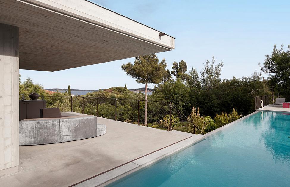 Дома из стекла и бетона: комфортабельный особняк с бассейном и террасой