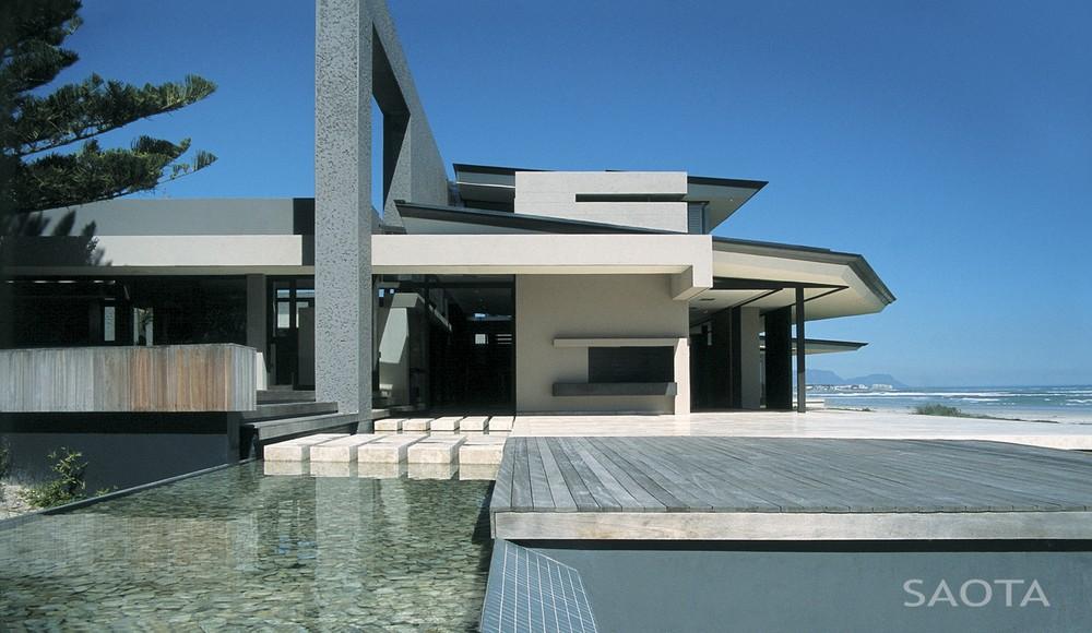Просторный дом в Кейптауне: суровый экстерьер и комфорт внутри