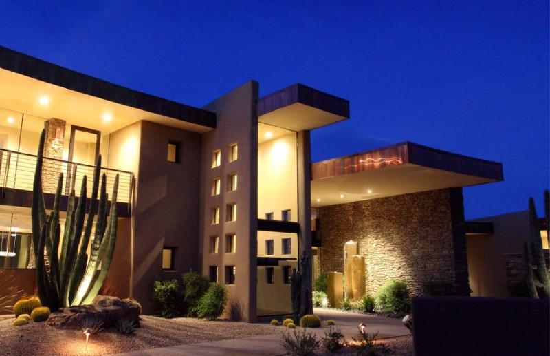 Минималистические дома: идеальная гармония двухэтажного особняка и аризонских прерий