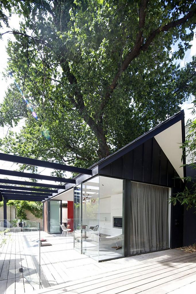 Небольшой дом с бассейном в тени деревьев
