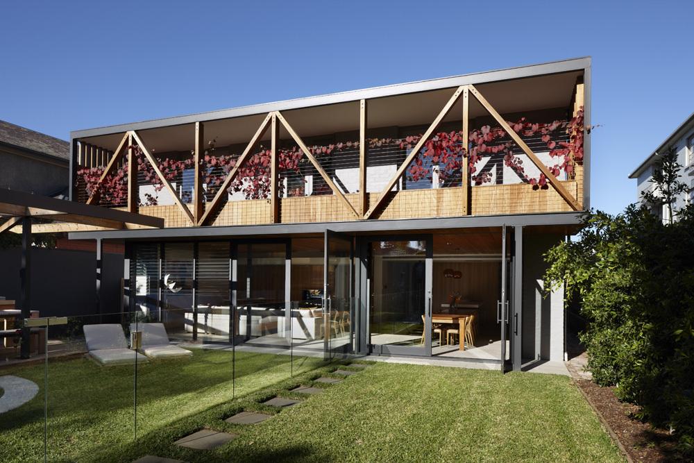 Декорирование фасада дома: большие окна и дикий виноград