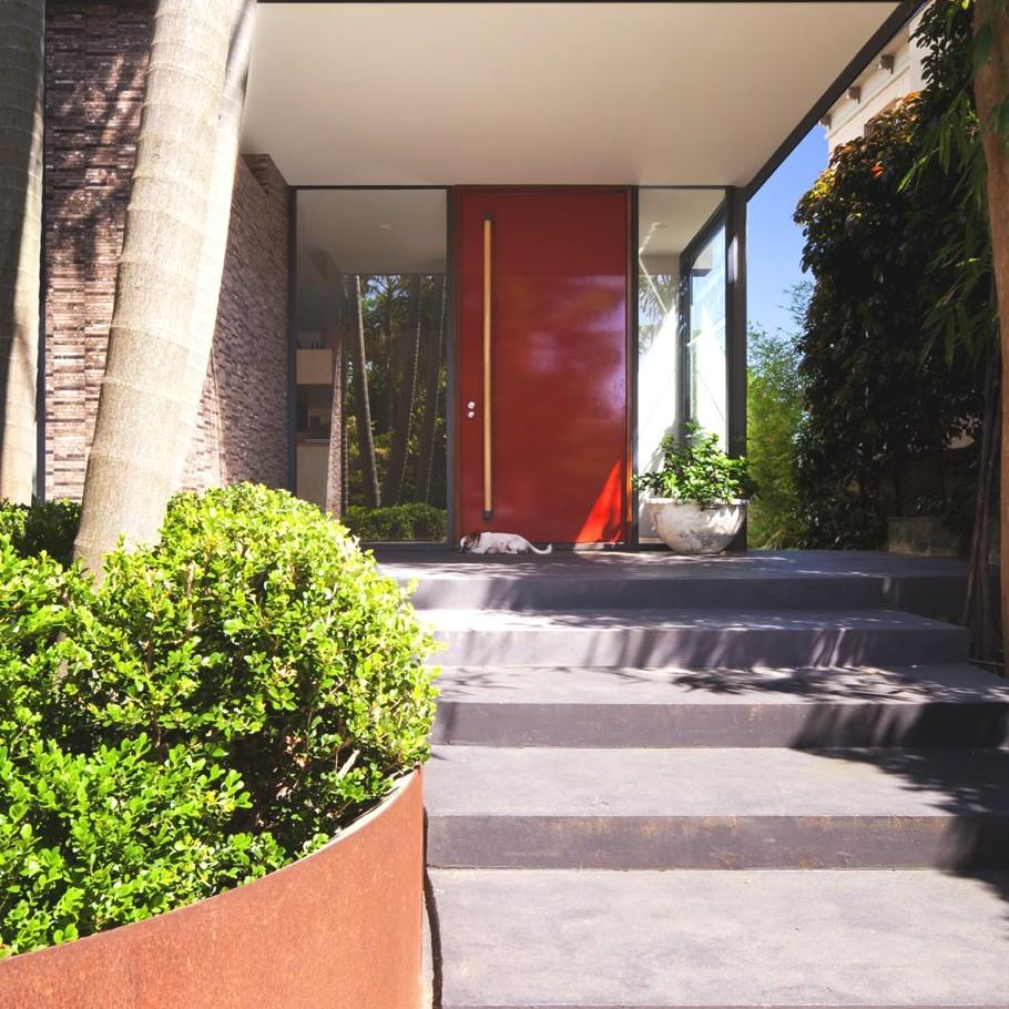 Декоративный прудик, цветник и сад с пальмами во дворе дома Birchgrove House