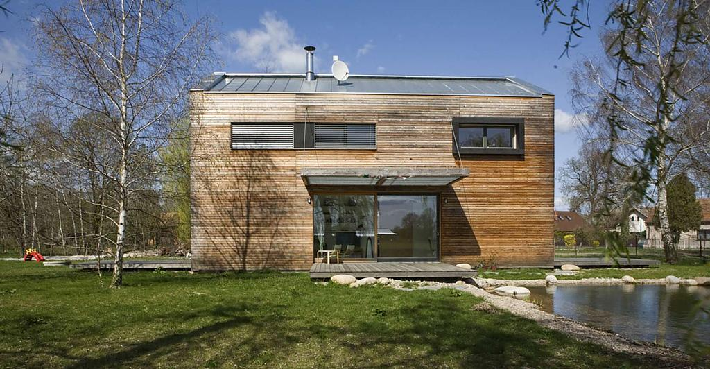 Проект дома на берегу озера в Чехии: скромность, уют и гармония