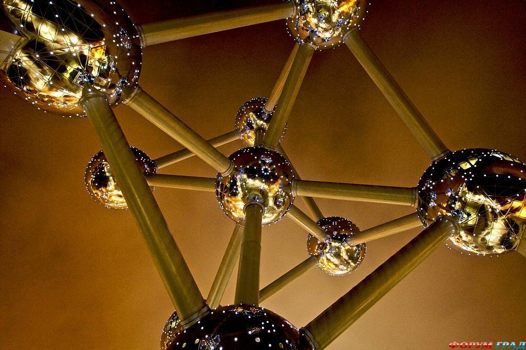 Отель Atomium Kidsphere ночью