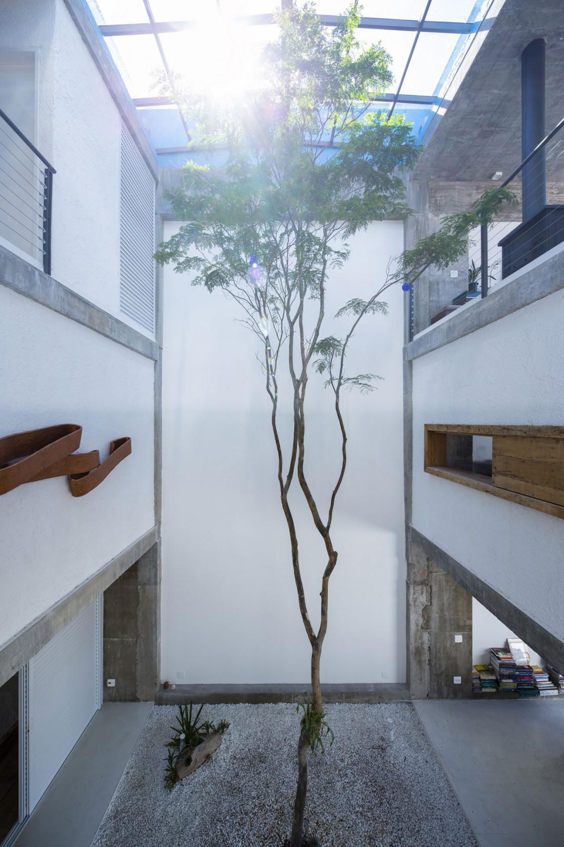 Дома с внутренним двориком: проект реконструкции M - M House от бразильских архитекторов
