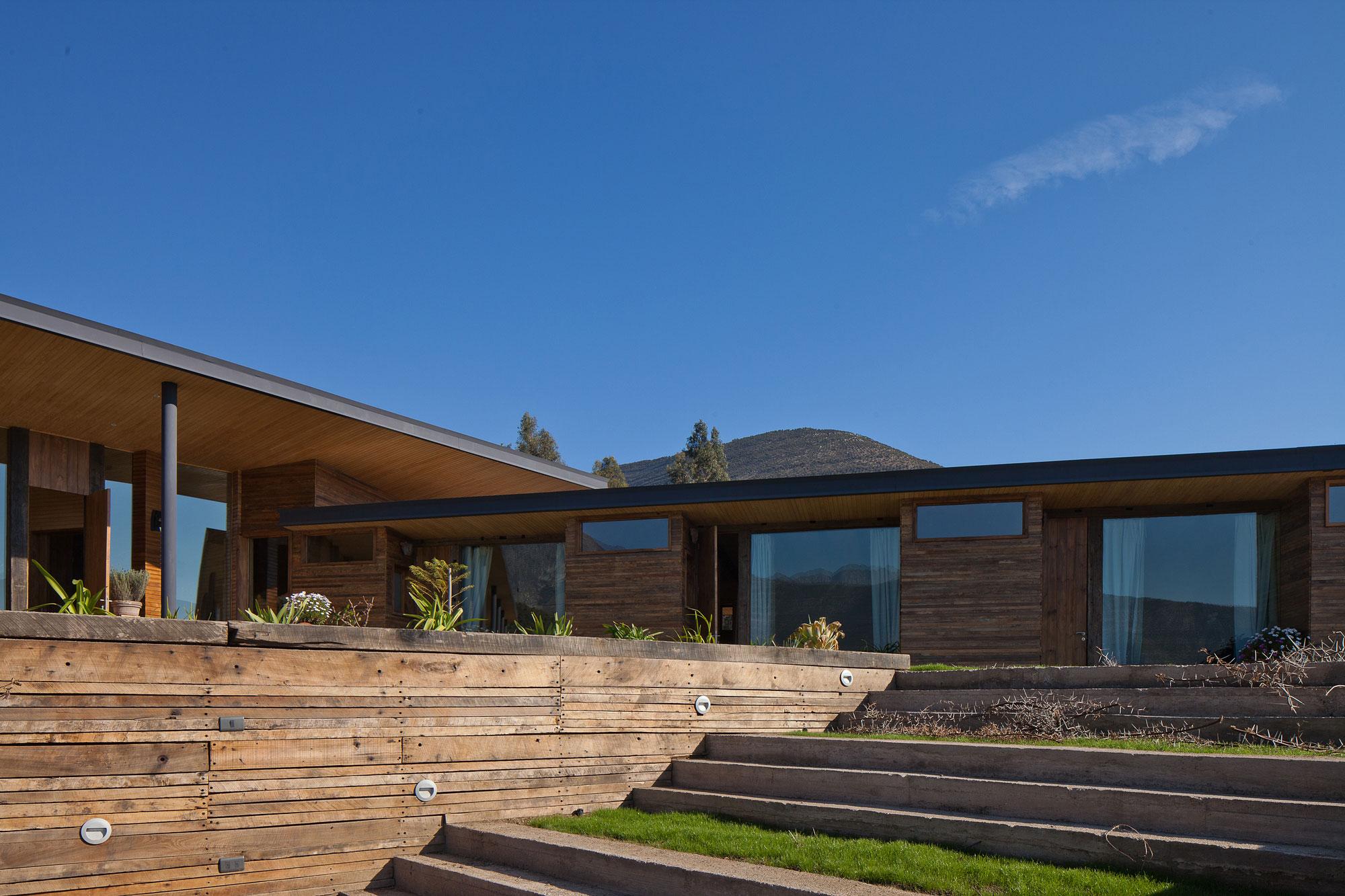 Дизайн интерьера брусового дома с видом на потухший вулкан