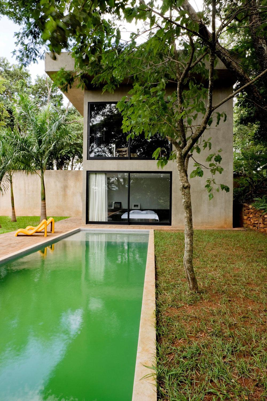 Большой загородный дом из бетона с бассейном