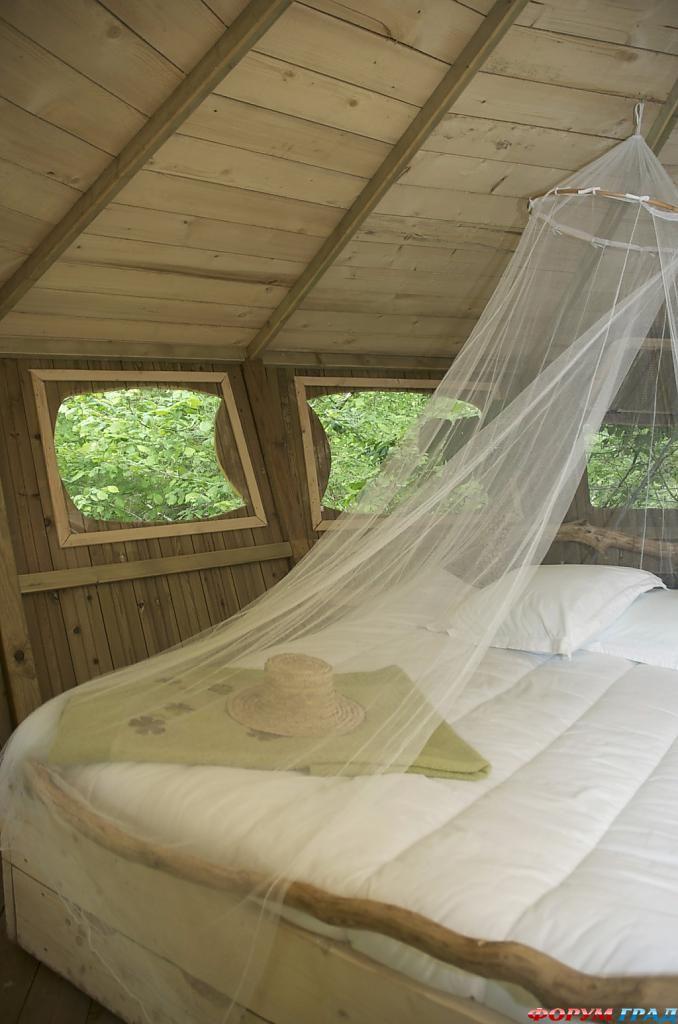 Кровать в отеле Tree Houses Alicourts