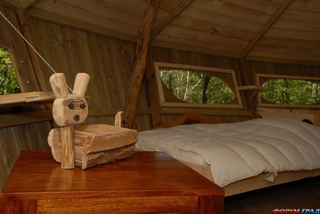 Деревянное декоративное изделие в отеле Tree Houses Alicourts
