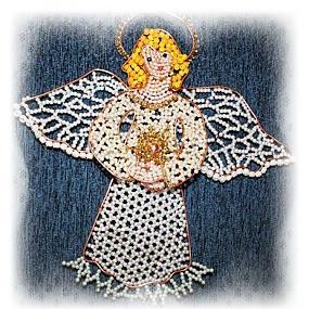 Сделать рождественского ангела из бисера это трудоемкая работа.  Вам понадобиться бисер, леска.