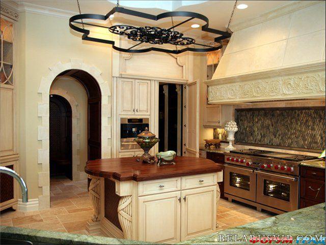 Большое помещение можно оформить в стиле дворцовой кухни.